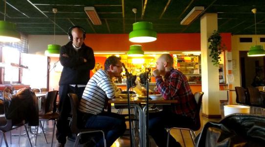 Augustin Erba regisserar pjäsen om Gheorghe Briceag i Stuveribaren med skådespelare från Länsteatern i Uddevalla.