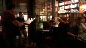 Inspelningen av pjäsen om Rosemary Nelson, en irländsk dryckesvisa. Bishop's Arms var inspelningsplatsen. Lars Magnus Larsson musicerar!