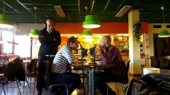 Inspelning på Stuveribaren i Uddevalla. Augustin Erba regisserar Peter Lorentzon och Michael Engberg från Regionteater Väst.